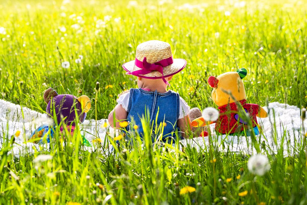 Mädchen in der Blumenwiese