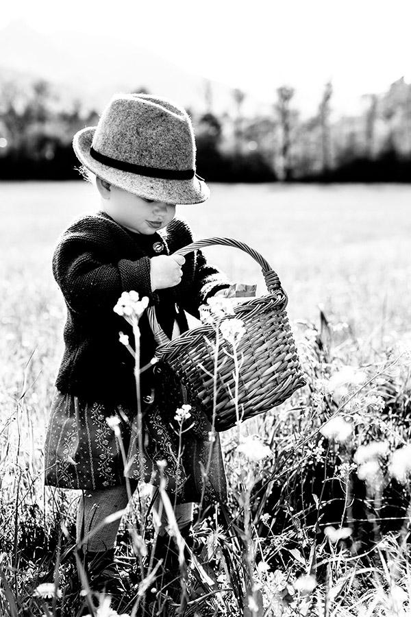 Mädchen mit Körbchen beim Blumenpflücken