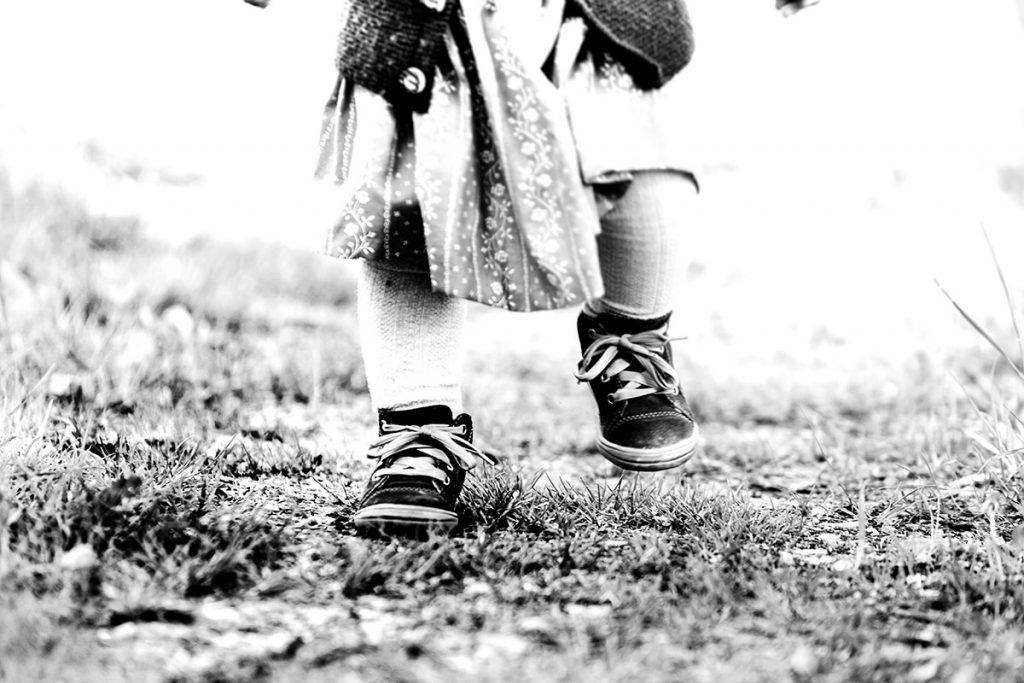 Mädchen läuft auf dem Weg
